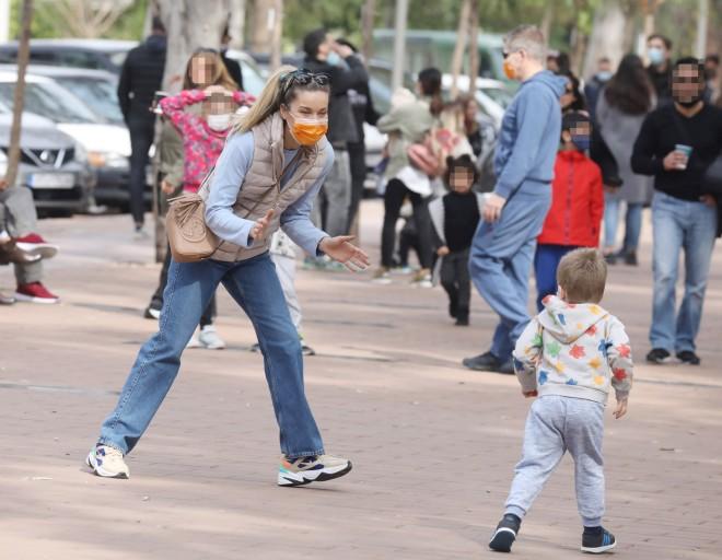 Μαριέττα Χρουσαλά: Παίζει στον δρόμο με τον γιο της Κωνσταντίνο