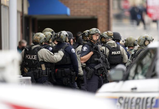 αστυνομικοί στο σημείο της επίθεσης