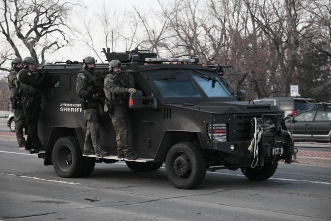τεθωρακισμένα οχήματα της αστυνομίας έξω από το σούπερ μάρκετ