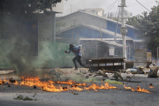 Σε πεδίο μάχης μετατράπηκε χθες η πόλη Μανταλάι της Μιανμάρ από τις συγκρούσεις διαδηλωτών μετις δυνάμεις ασφαλείας- φωτογραφία ΑΡ