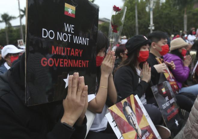 Διαδηλωτές με πλακάτ ζητούν να απαλλαγούν από τη στρατιωτική κυβέρνηση- φωτογραφία ΑΡ