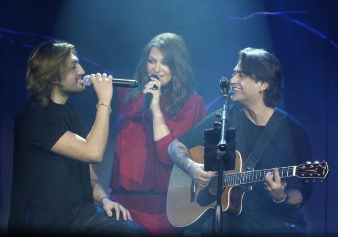 Ο Δημήτρης τραγούδησε με τους διάσημους γονείς του στην online συναυλία τους τα Χριστούγεννα /Φωτογραφία NDP Photo Agency