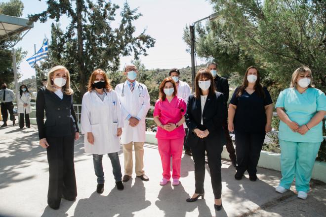 Μαριάννα Βαρδινογιάννη, Κατερίνα Σακελλαροπούλου με εργαζομένους του Κέντρου Υγείας