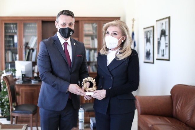 Ο Δήμαρχος Σαλαμίνας δωρίζει συμβολικά ένα κλαδί ελιάς στη Μαριάννα Βαρδινογιάννη