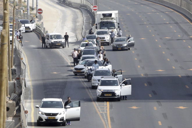 Oι αυτοκινητιστές κατέβηκαν από τα οχήματά τους και στάθηκαν για δύο λεπτά ακίνητοι στη μνήμη των θυμάτων του Ολοκαυτώματος- φωτογραφία ΑΡ