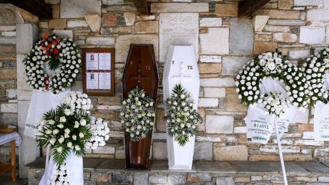 Η κηδεία των δύο αδελφών στη Μακρινίτσα - φωτογραφία ΙΝΤΙΜΕ
