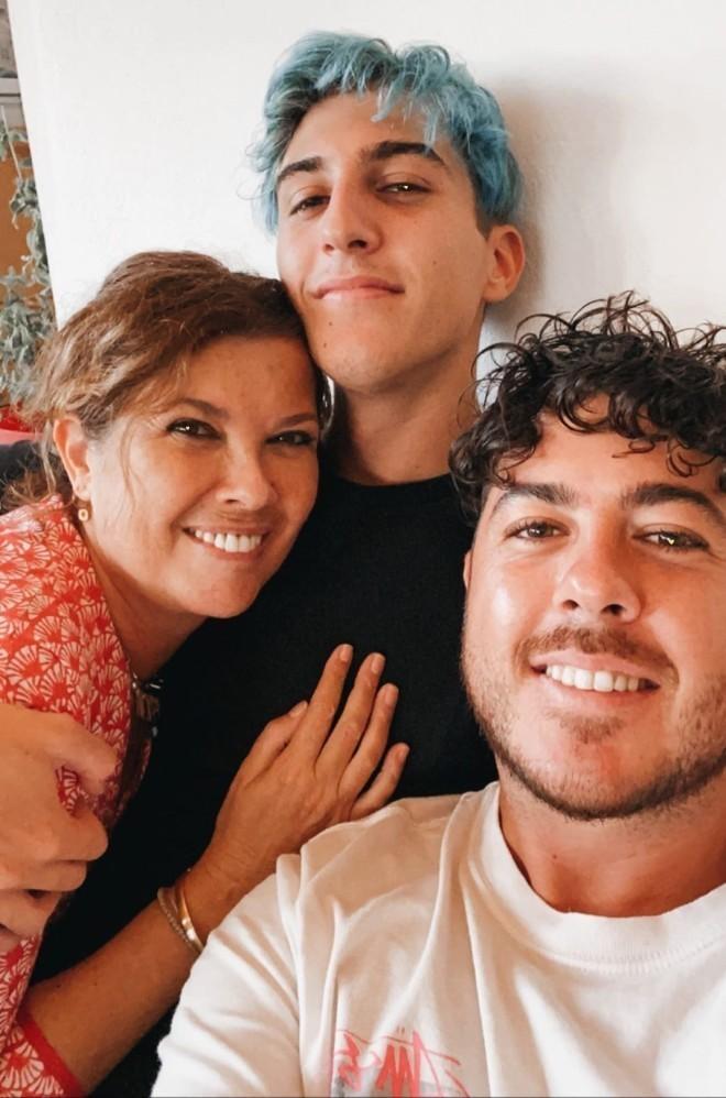 Ο Good Job Nicky με το μπλε μαλλί, ανάμεσα στην μητέρα του και τον αδερφό του /Φωτογραφία Instagram