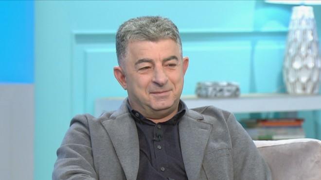 O αστυνομικόςσυντάκτης , Γιώργος Καραϊβάζ, που εμφανιζότανκαθημερινά στην εκπομπή του Star «Aλήθειες με τη Ζήνα», εκτελέστηκε εν ψυχρώ έξω από το σπίτι του στον Άλιμο