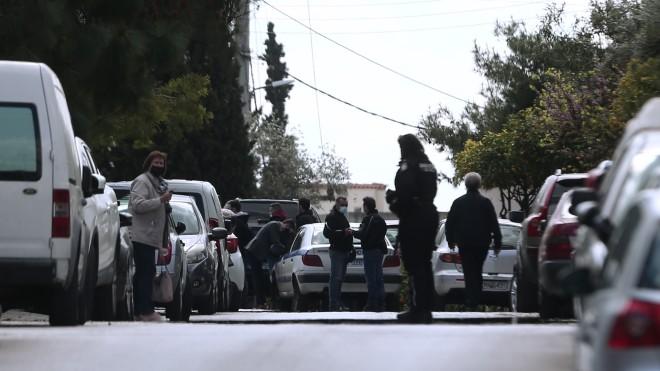 Οι πρώτες εικόνες από το σημείο της εκτέλεσης του Γιώργου Καραϊβάζ έξω από το σπίτι του- φωτογραφία ΙΝΤΙΜΕ