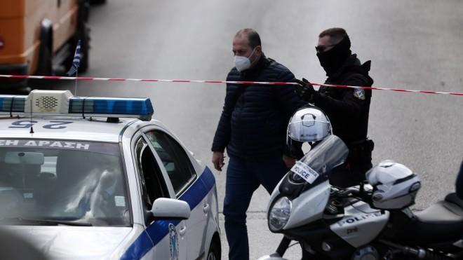 Οι αστυνομικές δυνάμεις έχουν αποκλείσει το σημείο όπου έπεσε νεκρός ο Γιώργος Καραϊβάζ- φωτογραφία ΙΝΤΙΜΕ