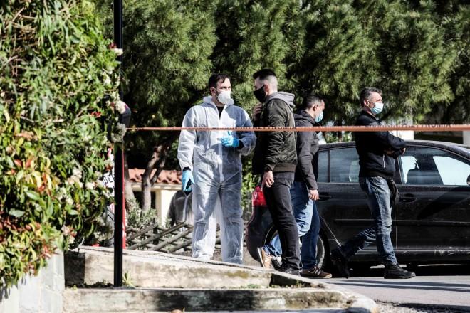 Οι αρχές συλλέγουν στοιχεία από τον τόπο του εγκλήματος που θα τους βοηθήσουν να φτάσουν πιο γρήγορα στην ταυτότητα των εκτελεστών του Γιώργου Καραϊβάζ- φωτογραφία Eurokinissi