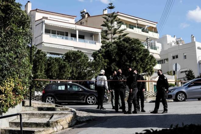 To σημείο όπου δολοφονήθηκε ο Γιώργος Καραϊβάζ έξω από το σπίτι του στον Άλιμο έχει αποκλειστεί από τις δυνάμεις της αστυνομίας- φωτογραφία Eurokinissi