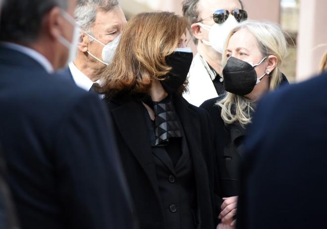 Συντετριμμένη η Έφη Πίκουλα στην κηδεία του Τάκη Βουγιουκλάκη