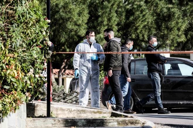 Οι αρχές συλλέγουν στοιχεία από τον τόπο του εγκλήματος που θα τις βοηθήσουν να φτάσουν πιο γρήγορα στην ταυτότητα των εκτελεστών του Γιώργου Καραϊβάζ- φωτογραφία Eurokinissi