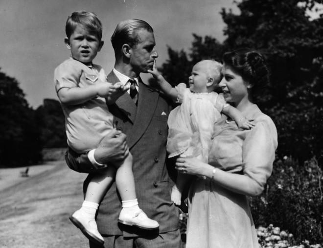 Ο πρίγκιπας Φίλιππος και η βασίλισσα Ελισάβετ με τα παιδιά τους, πρίγκιπα Κάρολο και πριγκίπισσα Άννα, το 1951