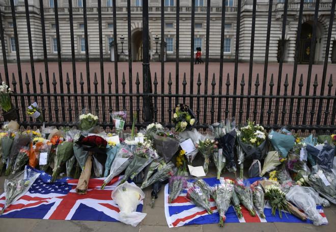 Βρετανοί και ξένοι κάτοικοι του Ηνωμένου Βασιλείου αφήνουν λουλούδια και σημειώματα συμπαράστασης στα ανάκτορα του Μπάκιγχαμ