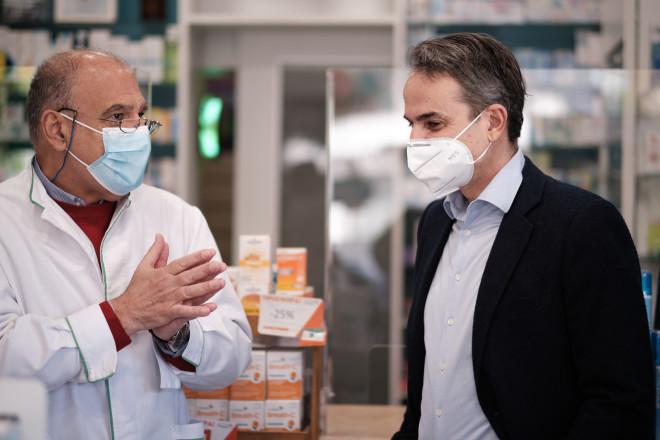 Συνομιλία Πρωθυπουργού με τον φαρμακοποιό στην περιοχή της Καλλιθέας- φωτογραφία Eurokinissi