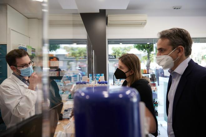 O Πρωθυπουργός με την κόρη του Δάφνη, σε φαρμακείοτης Καλλιθέας- φωτογραφία Eurokinissi