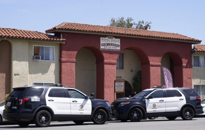 Αστυνομικές δυνάμεις έξω από το διαμέρισμα όπου εντοπίστηκαν νεκρά τα παιδάκια- φωτογραφία ΑΡ