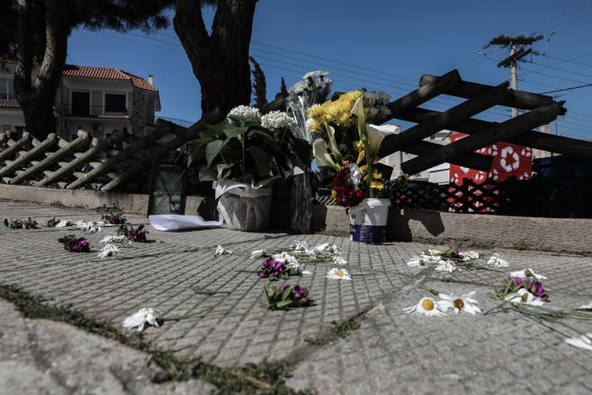 Λουλούδια στο σημείο όπου δολοφονήθηκε ο Γιώργος Καραϊβάζ- φωτογραφία Eurokinissi