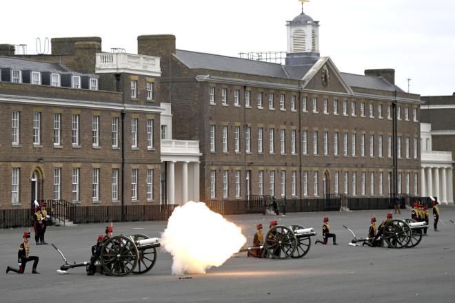 Με κανονιοβολισμούς προς τιμήν του αποχαιρέτησαν τον πρίγκιπα Φίλιππο στη Βρετανία- φωτογραφία ΑΡ