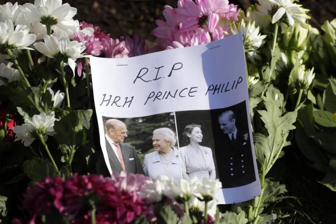 Λουλούδια, ζωγραφιές και σημειώματα έξω από τα ανάκτορα για τον θάνατο του πρίγκιπα Φίλιππου- φωτογραφία ΑΡ