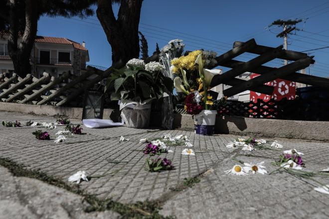 Λουλούδια στο σημείο, όπου δολοφονήθηκε ο Γιώργος Καραϊβάζ