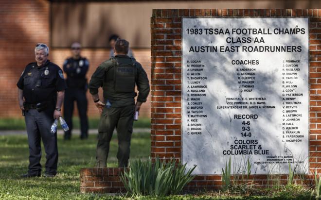 Αστυνομικοί απέκλεισαν το σχολείο στο Τενεσί