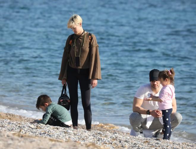 Η Βασω Κολλιδά και ο Γιάννης Εμμανουηλίδης με τα παιδιά τους