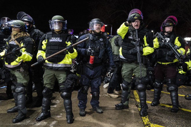 Αστυνομικοί σε διαδήλωση στη Μινεσότα