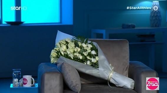 Η ανθοδέσμη με τα λευκά τριαντάφυλλα στη θέση του στο στούντιο της εκπομπής Αλήθειες με τη Ζήνα