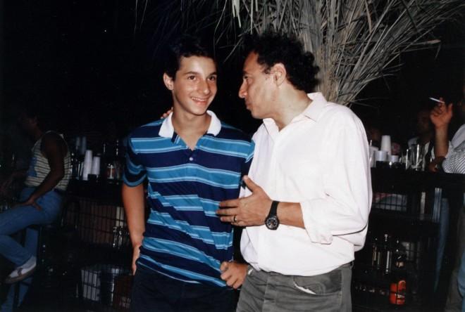 Ο Δημήτρης Κολλάτος με τον γιο του, Αλέξανδρο πριν από χρόνια/ φωτογραφία Facebook