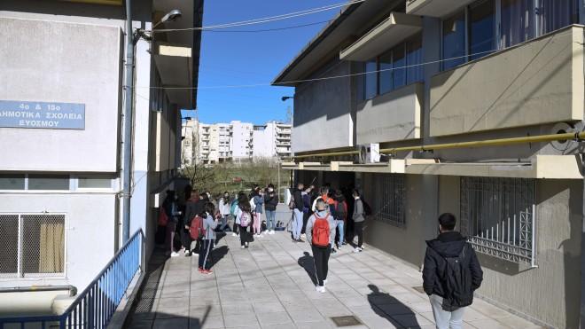 Μαθητές που βρίσκονταν έξω από το υπό κατάληψη λύκειο του Ευόσμου- φωτογραφία ΙΝΤΙΜΕ