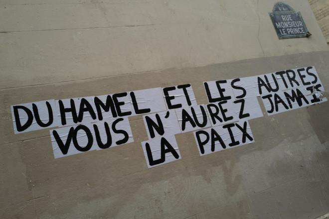 «Νταμιέλ και οι υπόλοιποι δε θα βρείτε ησυχία» γράφει σύνθημα σε τοίχο του Παρισιού, μετά τις αποκαλύψεις του βιβλίου, τον Ιανουάριο του 2021 - AP Photo/Francois Mori