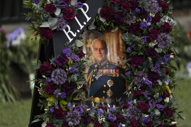 Λουλούδια γύρω από μια φωτογραφία τουπρίγκιπα Φίλιππου- φωτογραφία ΑΡ
