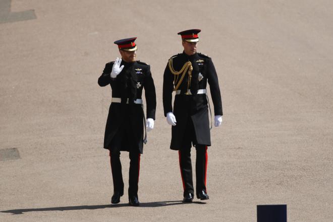 Ο William με τον Harry φορώντας τις στολές τους σε παλαιότερη εμφάνισή τους το 2018/ Φωτογραφία: Apimages