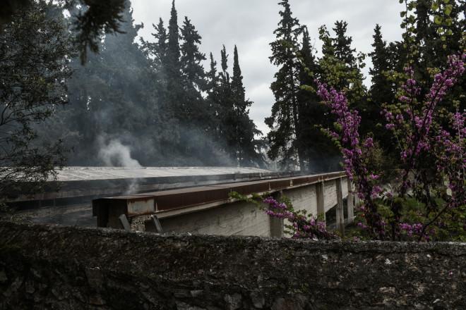 Φωτιά σε κτίριο μέσα στο άλσος Καισαριανής- φωτογραφία Eurokinissi