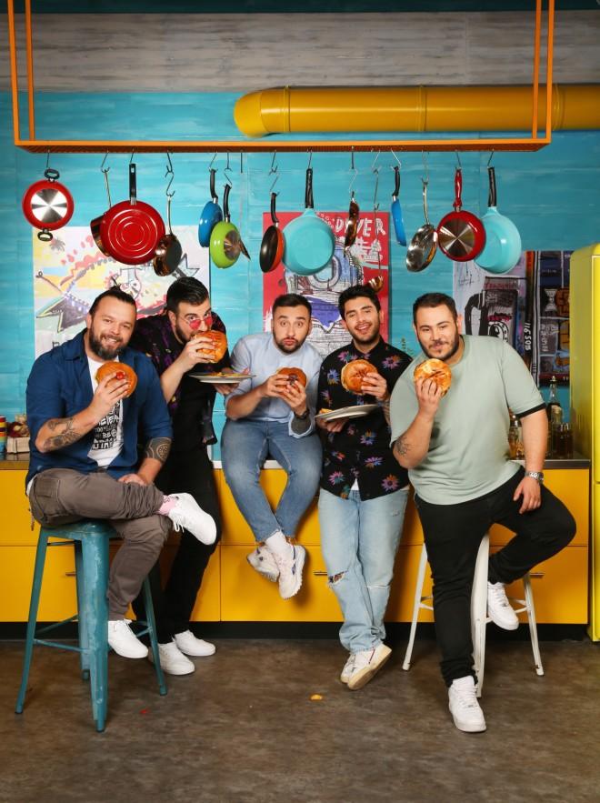 """στο """"Cook Beef"""" ο Νίκος Θωμάς, ο Μάνος Σαρρής, ο Σάββας Ληχανίδης, ο Σταύρος Βαρθαλίτης και ο Χρήστος Γλωσσίδης"""