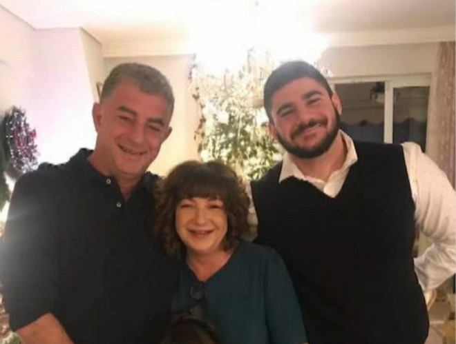 O Γιώργος Καραϊβάζ με τη σύζυγο και τον γιο του- πηγή Αλήθειες με τη Ζήνα