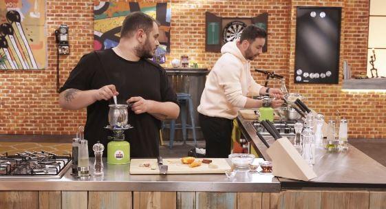 Ο  Χρήστος Γλωσσίδης και ο Σάββας Ληχανίδης στην κουζίνα του Cook Beef