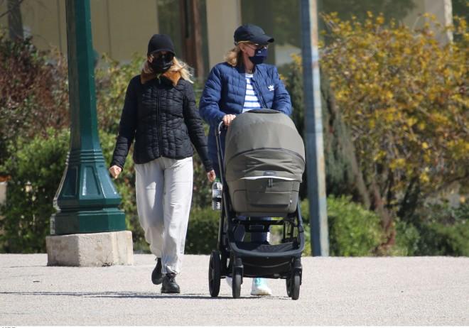 Η Τζένη Μπαλατσινού αγαπά τις βόλτες με τον γιο της