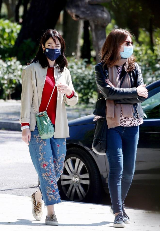 Με casual look είδαμε τη Δόμνα Μιχαηλίδου τζιν με κεντήματα