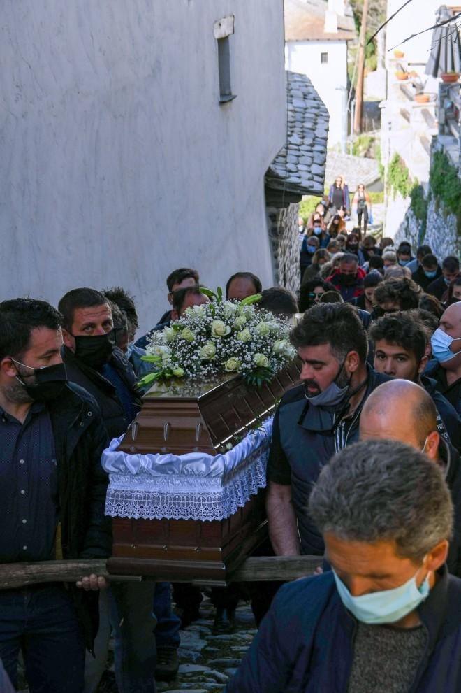 Κηδεία των δύο αδελφών που δολοφονήθηκαν στη Μακρινίτσα