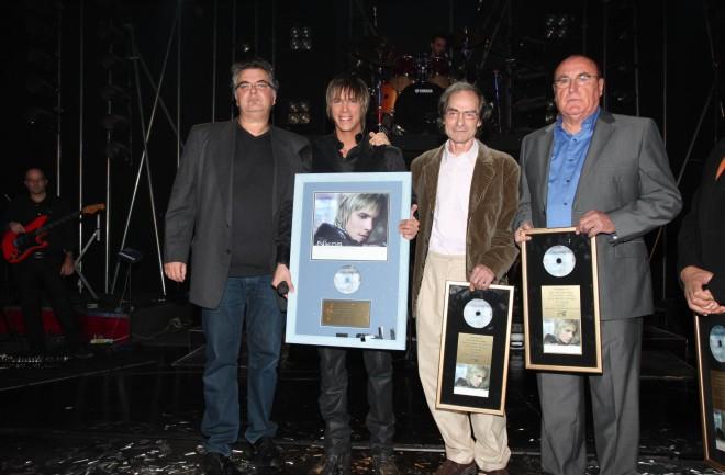 """Ο Σπύρος Γιατράς στην απονομή χρυσού δίσκου στον Νίκο Οικονομόπουλο για το album """"Άκουσα..."""""""
