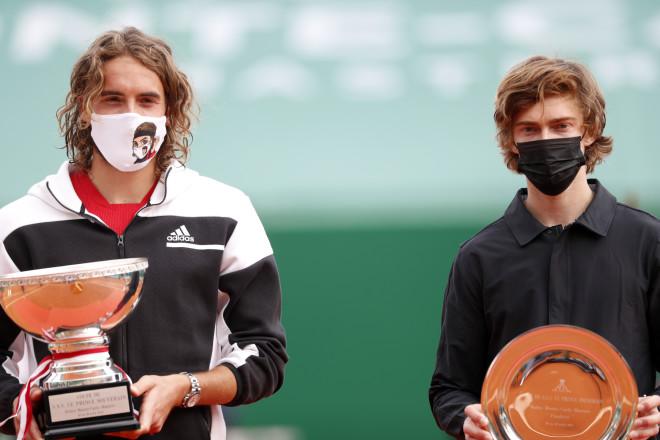 Ο Στέφανος Τσιτσιπάς  με τον αντίπαλό του Andrey Rublev/AP