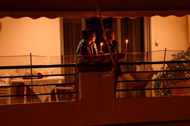 Κόσμος στο μπαλκόνι την Ανάσταση