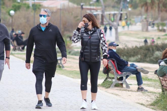 Έλενα Παπαρίζου – Ανδρέας Καψάλης για περπάτημα στο Καβούρι