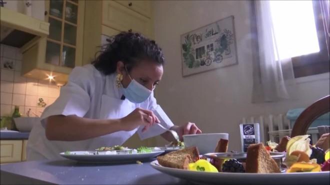 Η σεφΦατιχά Ελ-Καντάουι ετοιμάζει το γεύμα για την 35χρονηΒαλερί Λακρουά και τη μητέρα της- από Reuters