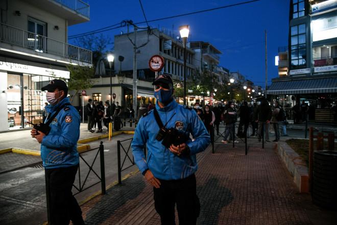 Αστυνομικές δυνάμεις για τον συνωστισμό στην οδό Αιμιλίου Βεάκη στο Περιστέρι- φωτογραφία Eurokinissi