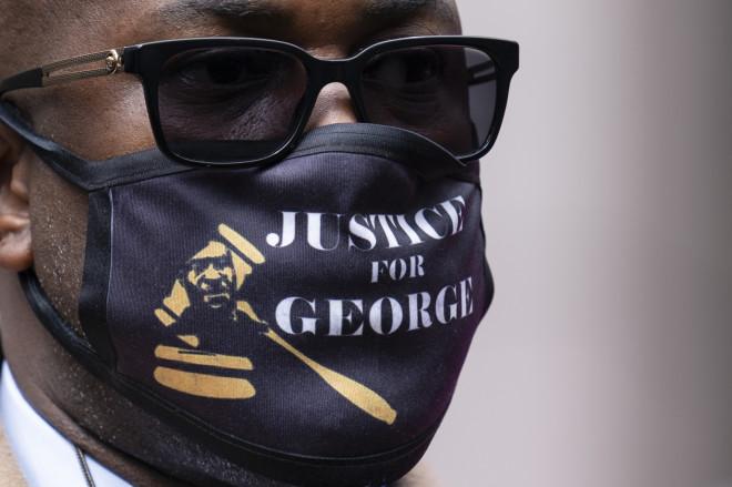 «Δικαιοσύνη για τον George» γράφει η μάσκα που φορά ο αδελφός του Τζορτζ Φλόιντ- φωτογραφία ΑΡ